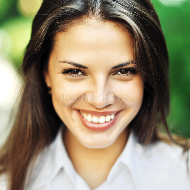 Menina de sorriso feliz bonita - ascendente próximo imagens de stock