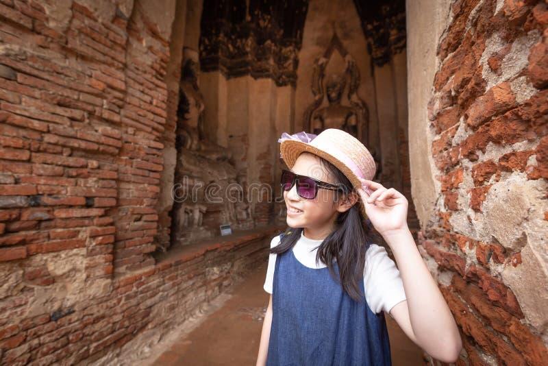 A menina de sorriso feliz bonito do turista em Wat Chaiwatthanaram é um templo budista fotografia de stock