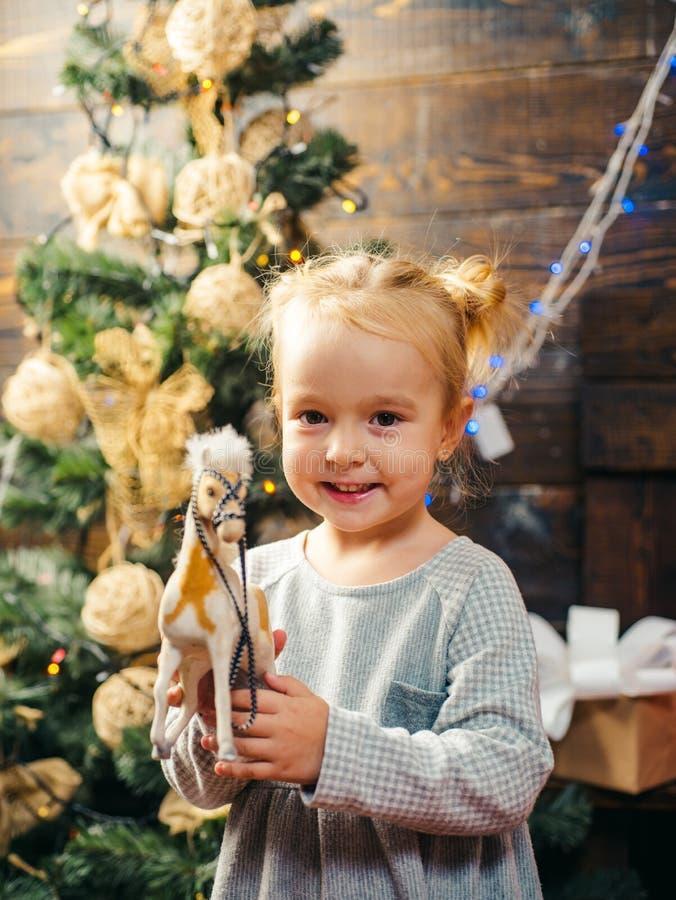 Menina de sorriso feliz da criança com presente do Natal Ano novo da criança Natal das crianças Véspera do ` s do ano novo invern fotografia de stock