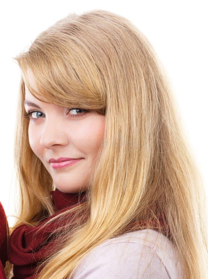 Menina de sorriso feliz no xaile de lã, fundo branco fotografia de stock royalty free