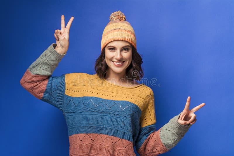 Menina de sorriso na camiseta feita malha e no chapéu amarelo fotos de stock royalty free
