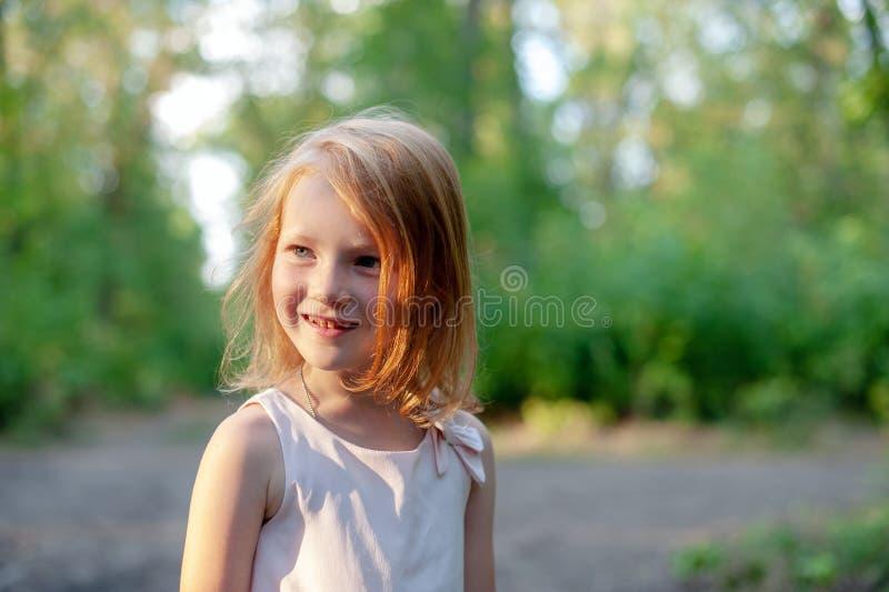 Menina de sorriso na floresta fotografia de stock