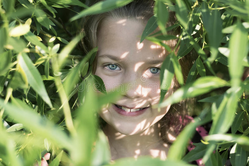 Menina de sorriso na folha foto de stock royalty free