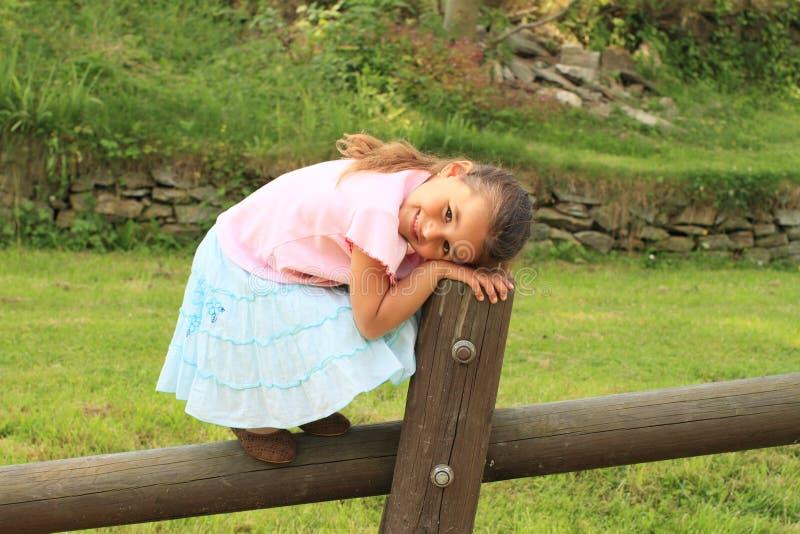 Menina de sorriso na madeira fotografia de stock