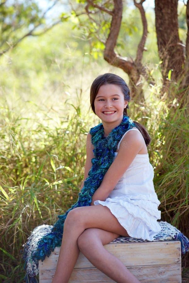 Menina de sorriso na natureza imagens de stock royalty free