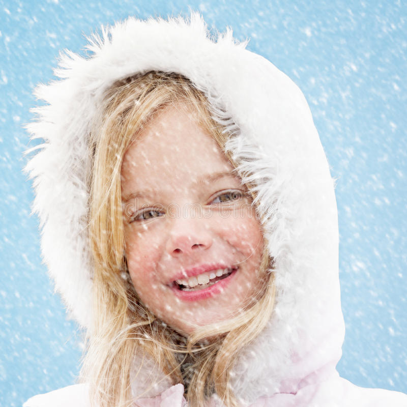 Menina de sorriso na neve imagens de stock royalty free