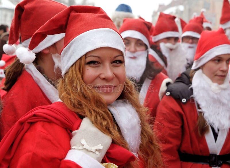 Menina de sorriso na parada de Papai Noel imagens de stock