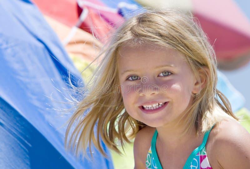 Menina de sorriso na praia fotografia de stock