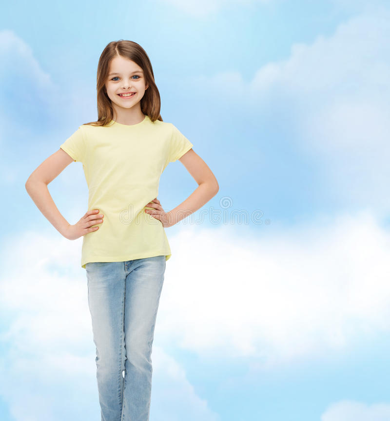 Menina de sorriso na roupa ocasional foto de stock