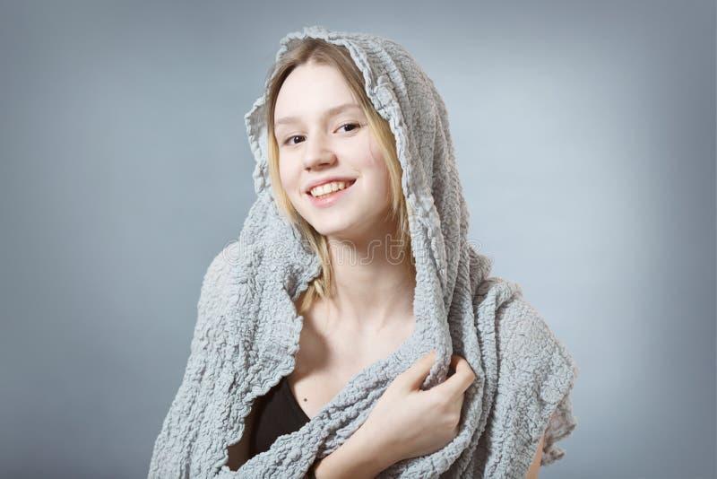 Menina de sorriso natural no cinza imagem de stock