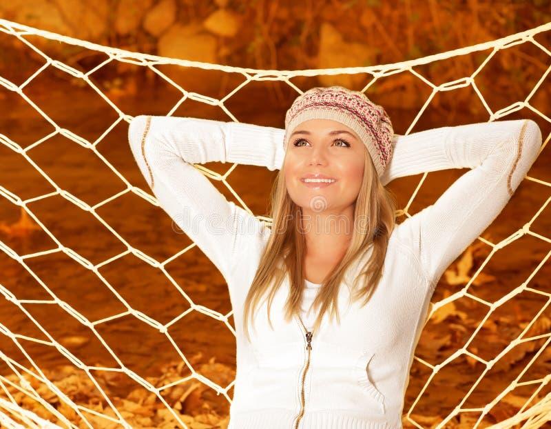 Menina de sorriso no hammock imagens de stock royalty free