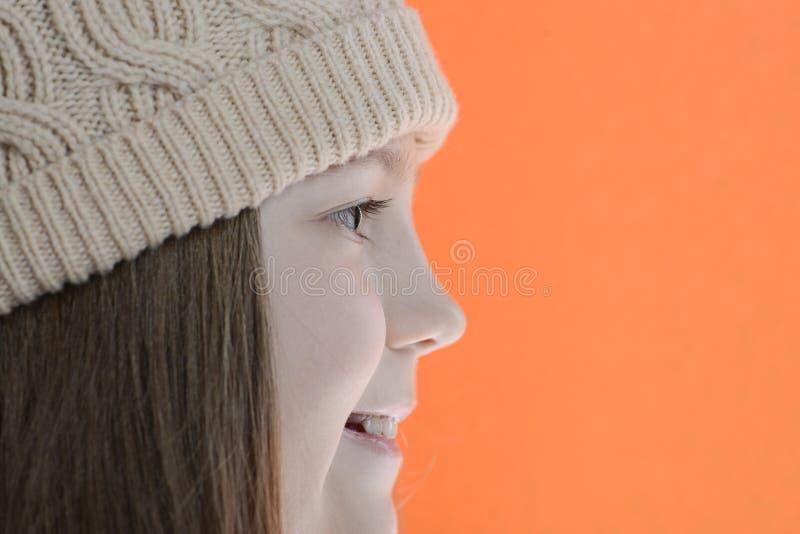 Menina de sorriso no lado do tampão fotografia de stock royalty free