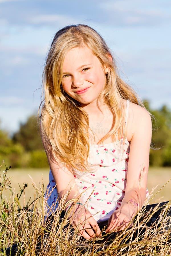 Menina de sorriso no prado imagens de stock