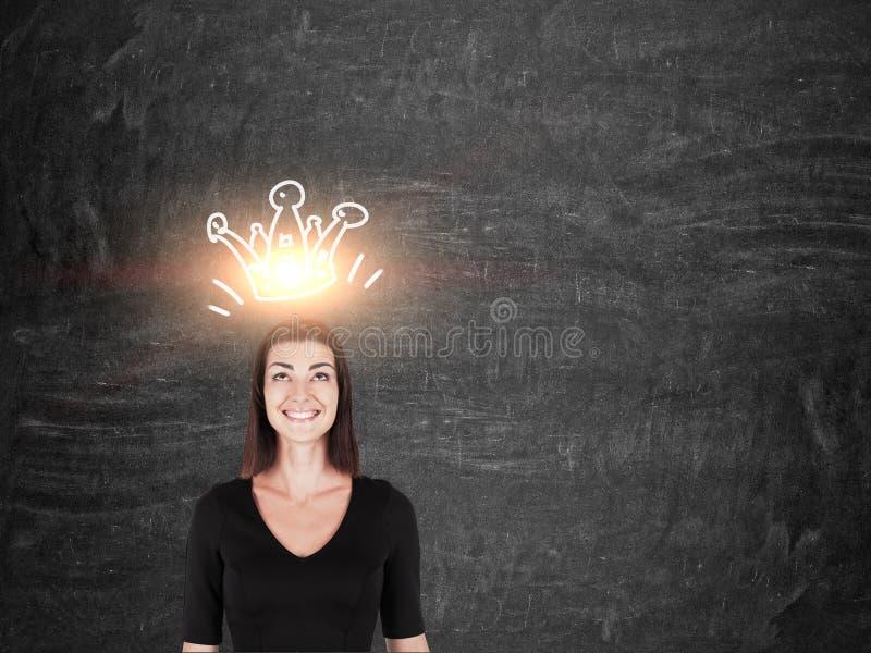 Menina de sorriso no preto com coroa imagem de stock