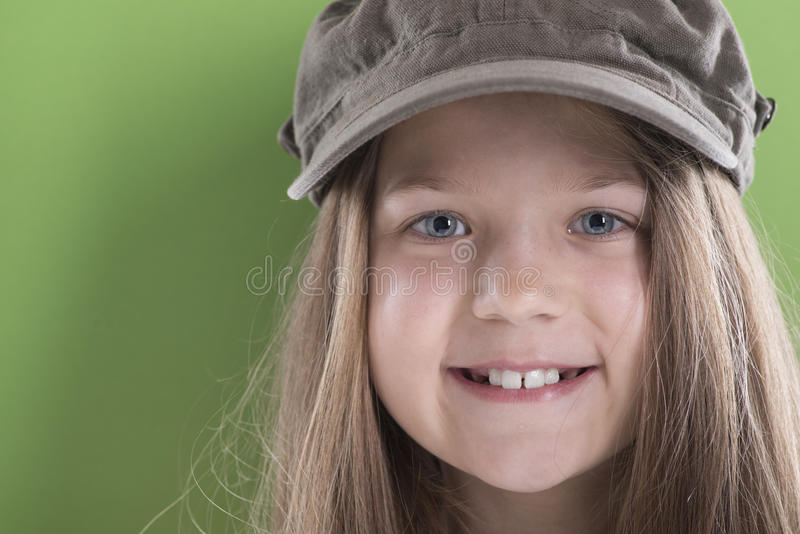 Menina de sorriso no tampão verde foto de stock royalty free