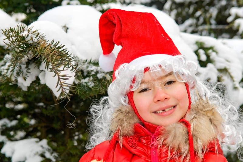 Menina de sorriso no tampão vermelho foto de stock royalty free