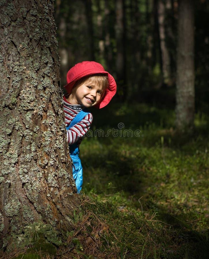 Menina de sorriso no tampão vermelho fotografia de stock royalty free