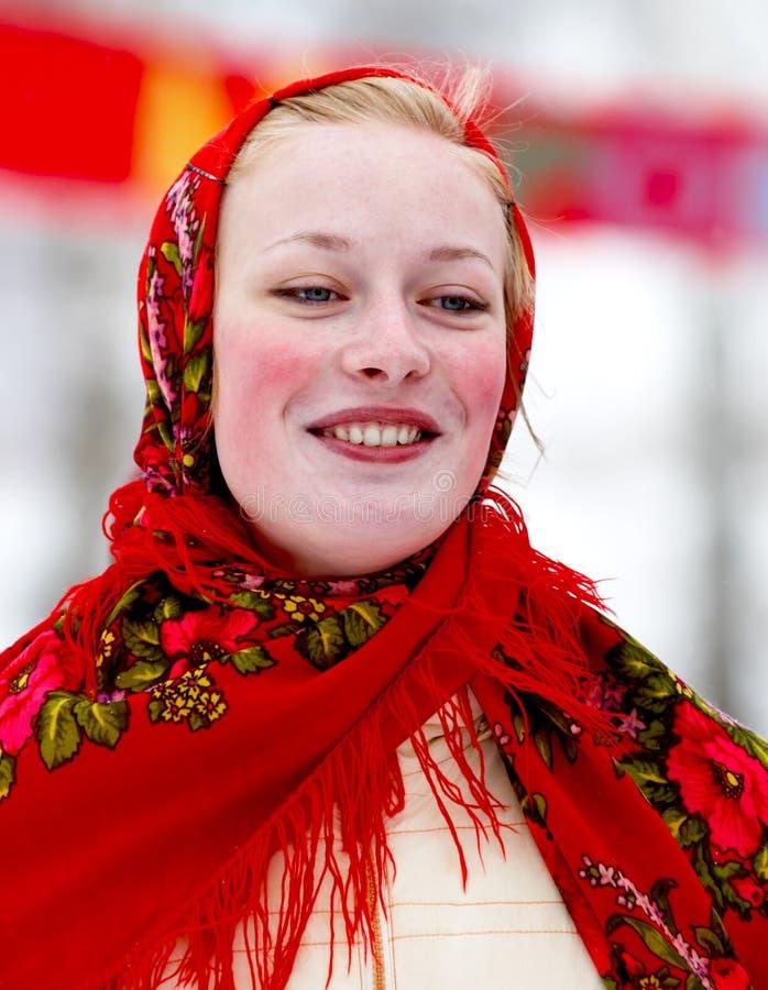 Menina de sorriso no traje nacional imagem de stock
