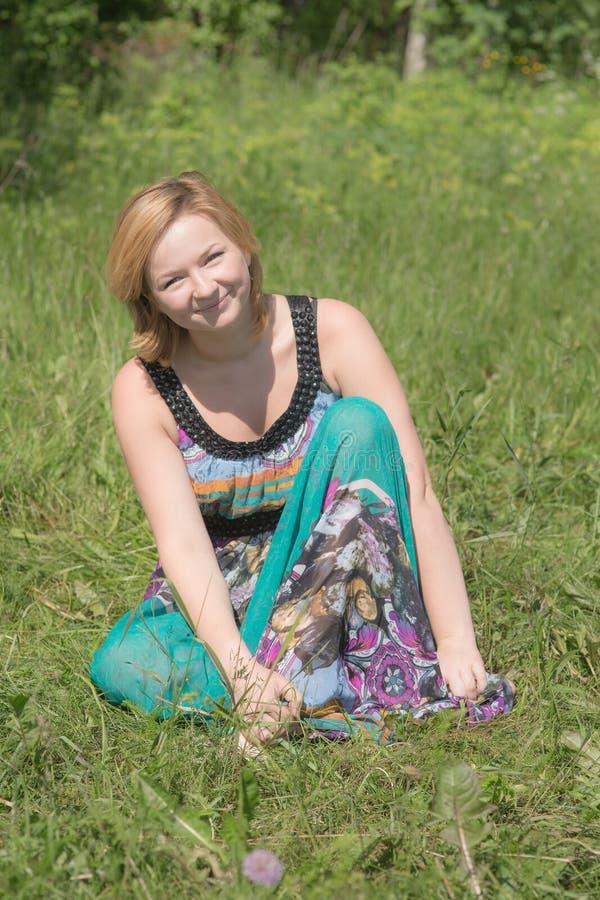 Menina de sorriso no verão foto de stock royalty free
