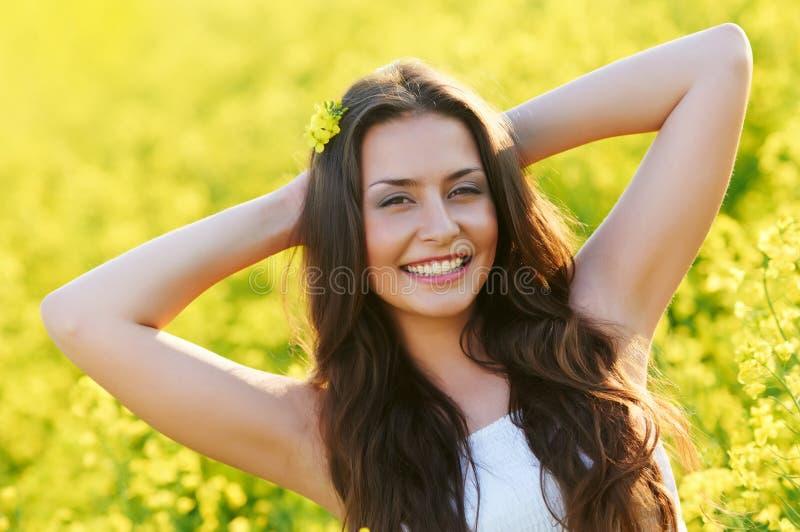Menina de sorriso no verão ao ar livre imagem de stock