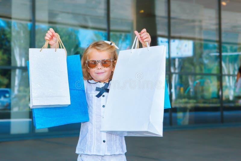 Menina de sorriso nos óculos de sol imagens de stock royalty free