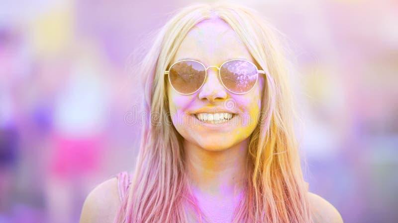 Menina de sorriso nos óculos de sol cobertos em tinturas coloridas, férias de verão, juventude fotos de stock