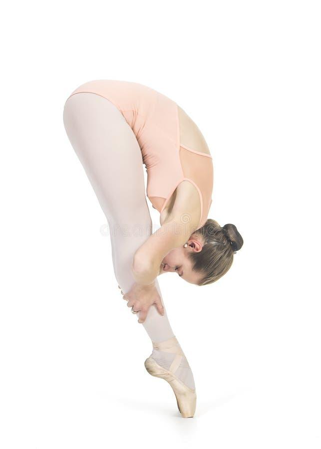 A menina de sorriso nova está dançando o bailado foto de stock