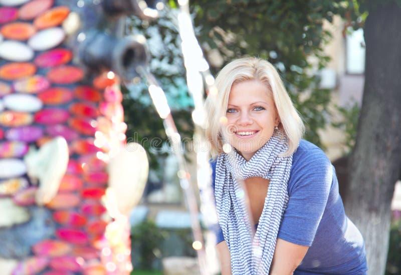 Menina de sorriso nova perto do fontain foto de stock royalty free