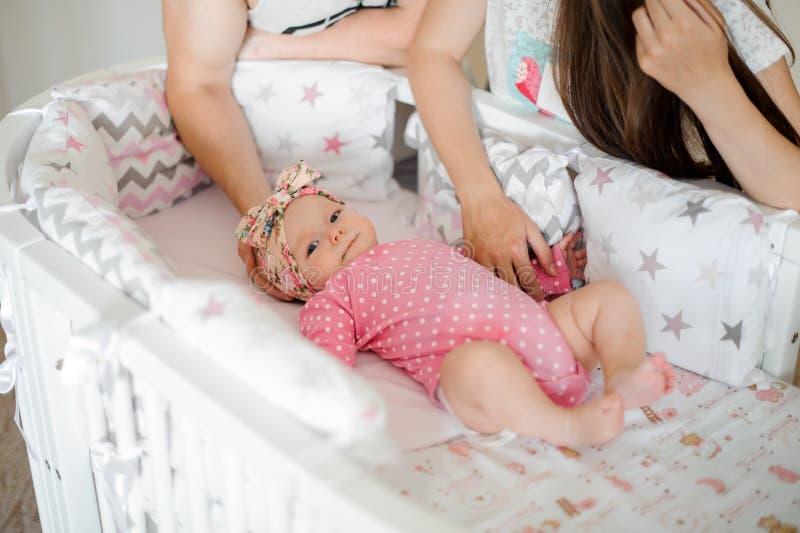 Menina de sorriso pequena no romper cor-de-rosa que encontra-se em sua cama acolhedor fotografia de stock royalty free