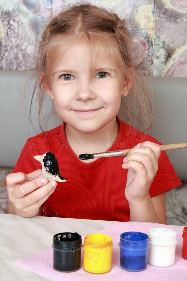 A menina de sorriso pinta ofícios fotos de stock royalty free