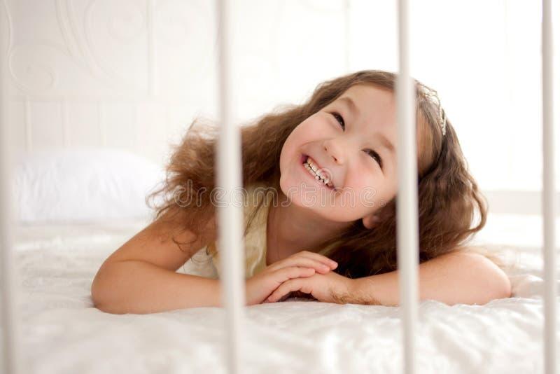 Menina de sorriso que acorda fotografia de stock
