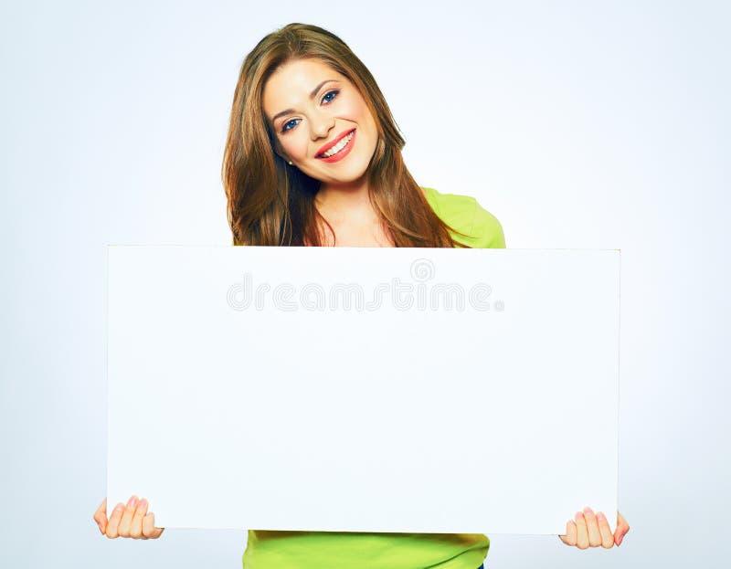 Menina de sorriso que guarda a placa vazia do sinal fotos de stock royalty free