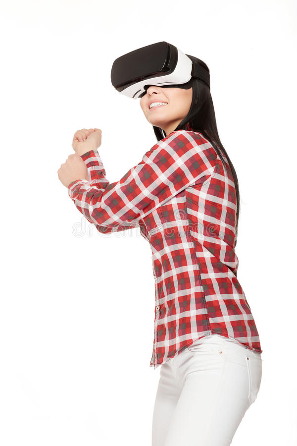 Menina de sorriso que joga o jogo dos esportes na realidade virtual fotografia de stock