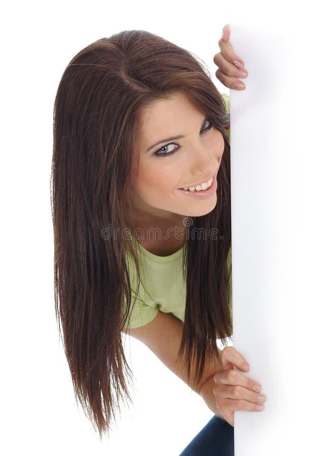 Menina de sorriso que prende o quadro de avisos branco imagens de stock
