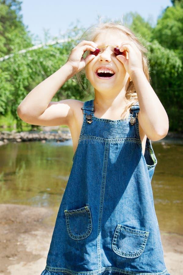 Menina de sorriso que tem o picknick no beira-rio foto de stock