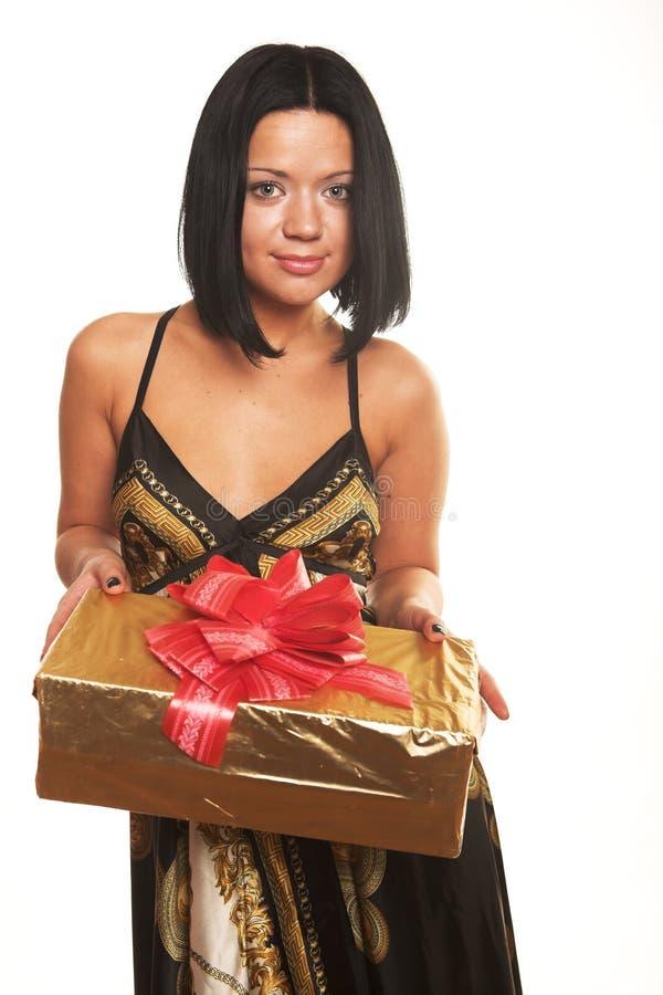 Menina de sorriso 'sexy' que prende um presente fotos de stock