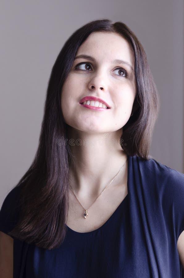 Menina de sorriso sonhadora nova imagem de stock royalty free