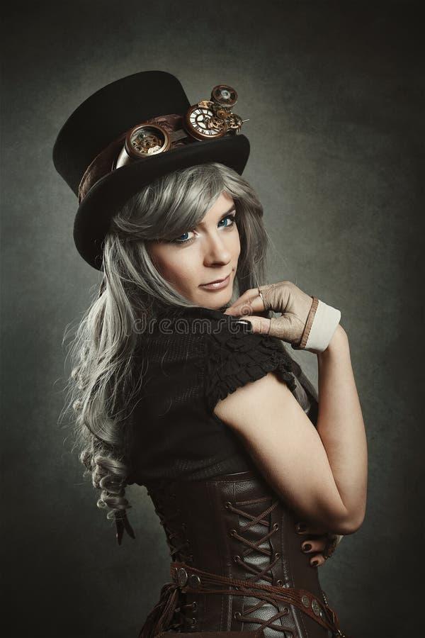 Menina de Steampunk com espartilho de couro imagem de stock royalty free