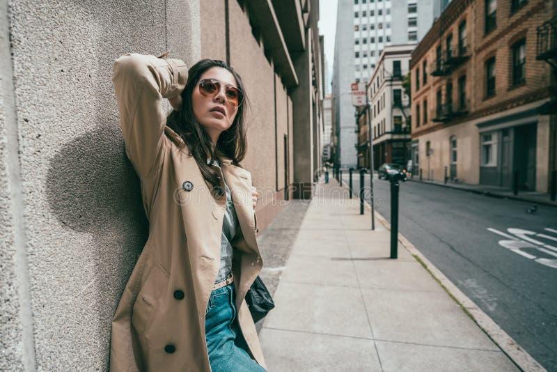 Menina de Sylish que inclina-se à parede na rua fotos de stock royalty free