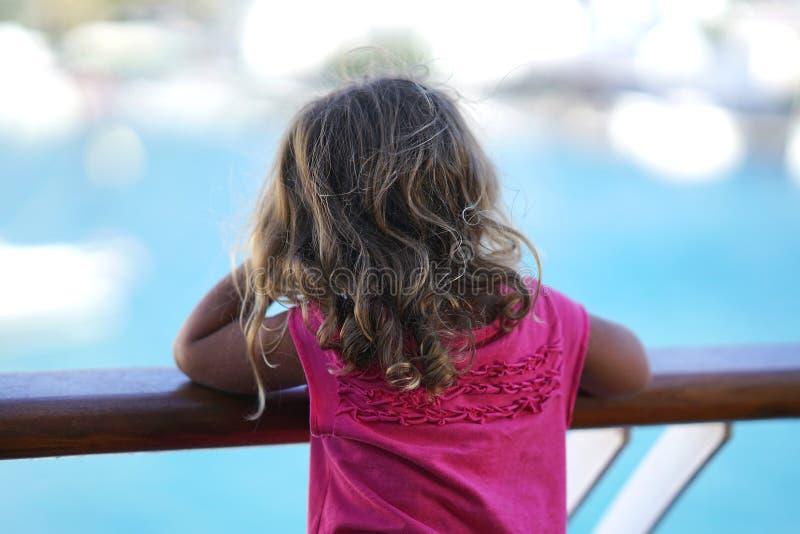 a menina de tr?s anos admira a vista dos Cyclades da balsa foto de stock