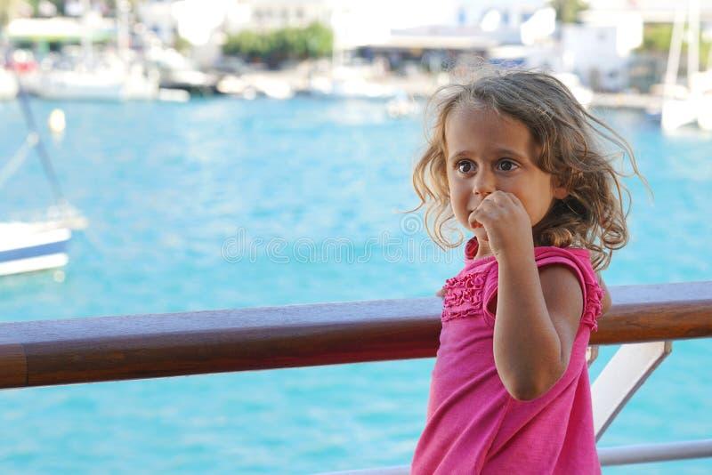 a menina de tr?s anos admira a vista dos Cyclades da balsa fotografia de stock royalty free