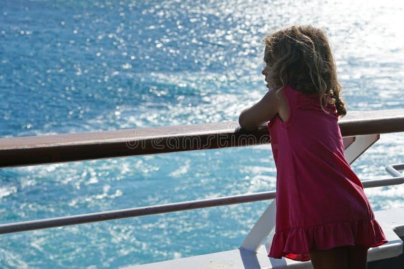 a menina de tr?s anos admira a vista dos Cyclades da balsa fotografia de stock