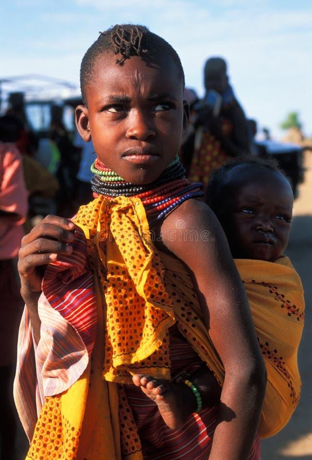 Menina de Turkana com criança (Kenya) foto de stock
