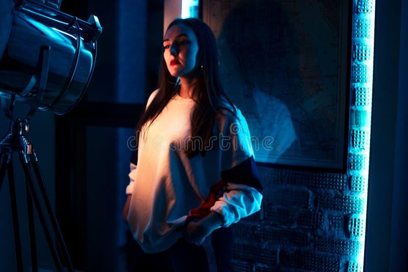 Menina de Ubhappy na camiseta à moda que olha o projetor imagem de stock royalty free