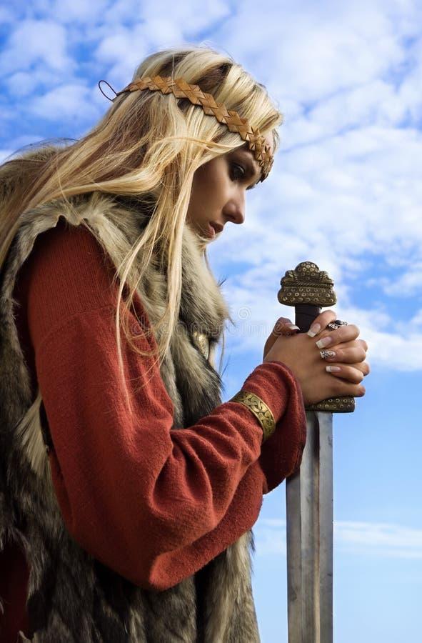 Menina de Viquingue em um fundo do céu azul imagens de stock royalty free