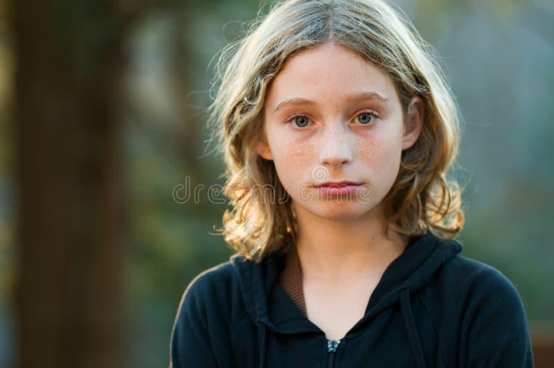 Menina de vista séria dos anos de idade doze foto de stock royalty free
