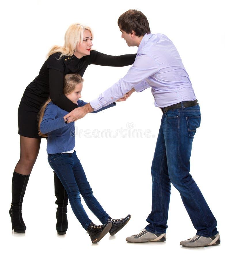 Menina de vista triste com seus pais de combate foto de stock