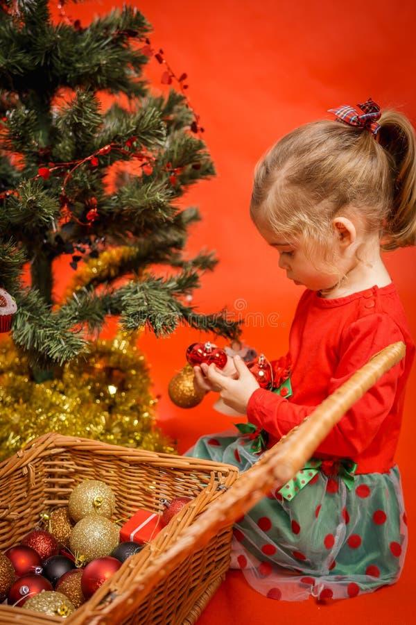 Download A Menina Decora A árvore De Natal Foto de Stock - Imagem de celebration, home: 80100790