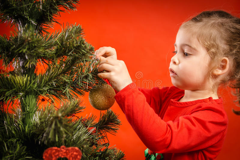 Download A Menina Decora A árvore De Natal Foto de Stock - Imagem de claus, comemoração: 80101102