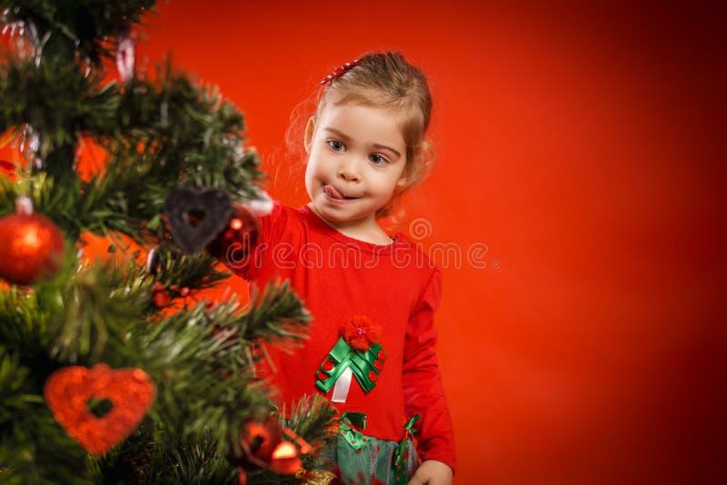 Download A Menina Decora A árvore De Natal Imagem de Stock - Imagem de feriado, bauble: 80101487